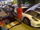 Парень с Porsche продает шарфы, чтобы заработать на бензин - ФОТО: Фоторепортажи