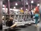 Конфуз в спортзале: парень упал с беговой дорожки - ВИДЕО: Видеоновости