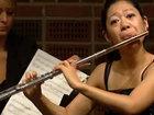 Бабочка мешает женщине играть на флейте - ВИДЕО: Видеоновости