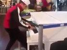 Парень в аэропорту проходил мимо рояля и решил сыграть - ВИДЕО : Видеоновости