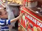 Турецкий мороженщик-виртуоз довел мальчика до истерики - ВИДЕО : Видеоновости