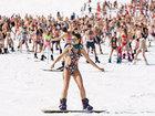 Массовый спуск с горы в купальниках на горнолыжном курорте - ФОТО: Фоторепортажи