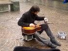 Уличный музыкант играет на гитаре с помощью фляги - ВИДЕО: Видеоновости