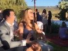 Парень не хочет, чтобы его девушка поймала свадебный букет - ВИДЕО : Видеоновости