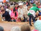 Гостей фестиваля накормили пирогом с лопаты - ВИДЕО: Видеоновости