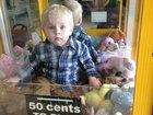 Внук шокировал бабушку, забравшись в автомат с игрушками - ФОТО: Фоторепортажи