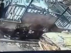 Мужчина упал в пресс для мусора - ВИДЕО: Видеоновости
