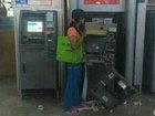 Китаянка шокировала посетителей ТЦ, разорвав на куски банкомат - ФОТО: Фоторепортажи