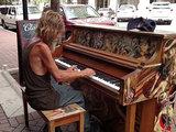 Когда этот бездомный сел за пианино, все остановились - ФОТО - ВИДЕО: Это интересно