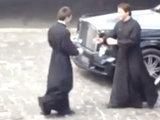 Даже священники не устояли перед этой черной красавицей - ВИДЕО: Это интересно
