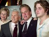 Невосполнимая утрата в семье Майкла Дугласа: В мире