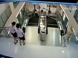 Чудовищная смерть: мать погибла на эскалаторе, успев спасти ребенка - ВИДЕО: В мире