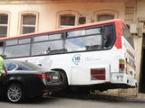 Автобус врезался в здание в центре Баку - ФОТО: Motor.Day.Az