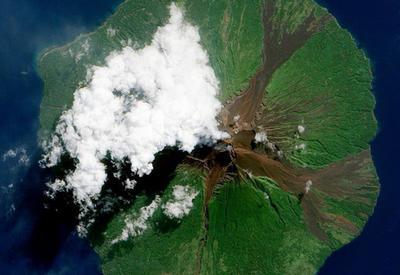 """Извержения вулканов на фотографиях с борта МКС <span class=""""color_red"""">- ФОТОСЕССИЯ</span>"""