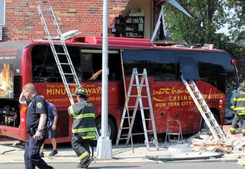 Автобус въехал в жилой дом, 12 раненых