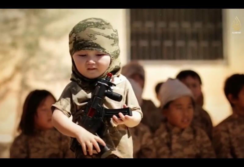 """Боевики """"ИГ"""" готовят в смертники детей <span class=""""color_red"""">- ВИДЕО</span>"""