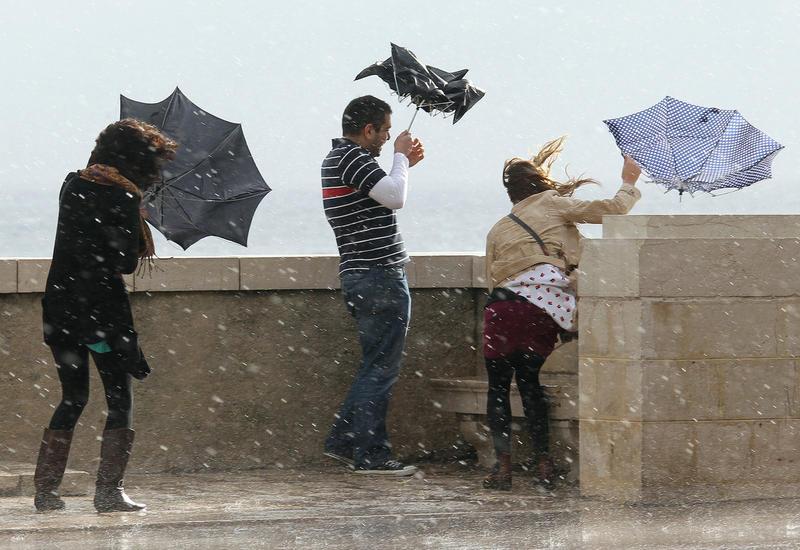Держитесь за зонты - в понедельник будет ветрено и дождливо