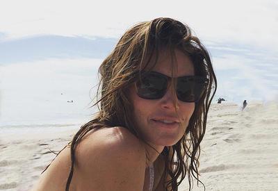 """49-летняя Синди Кроуфорд восхитила своей фигурой на пляже <span class=""""color_red"""">- ФОТО</span>"""