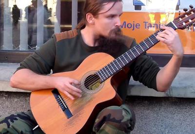 """Услышав, как он играет на гитаре, все прохожие... <span class=""""color_red"""">- ВИДЕО</span>"""