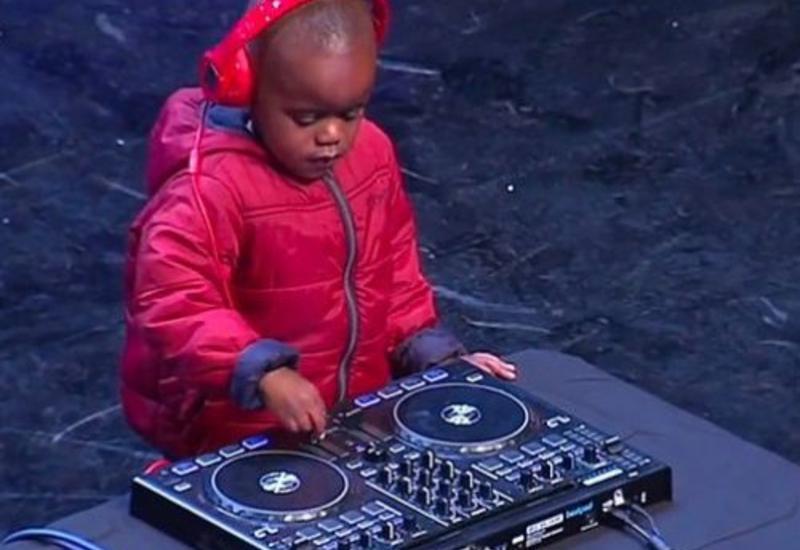 """Üç yaşlı DJ münsifləri heyran etdi <span class=""""color_red"""">– VİDEO</span>"""