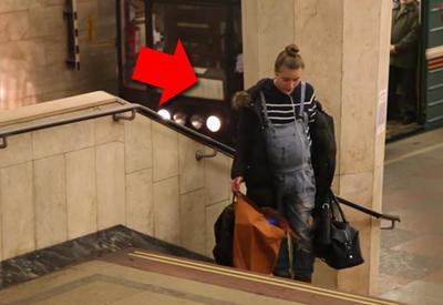 """Беременная женщина с сумками в руках в метро <span class=""""color_red"""">- ВИДЕО </span>"""