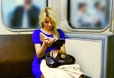 """Извращенец не дает покоя девушке в метро <span class=""""color_red"""">- ВИДЕО </span>"""