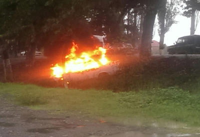"Avtomobil ağaca çırpılıb yandı <span class=""color_red"">- VİDEO</span>"