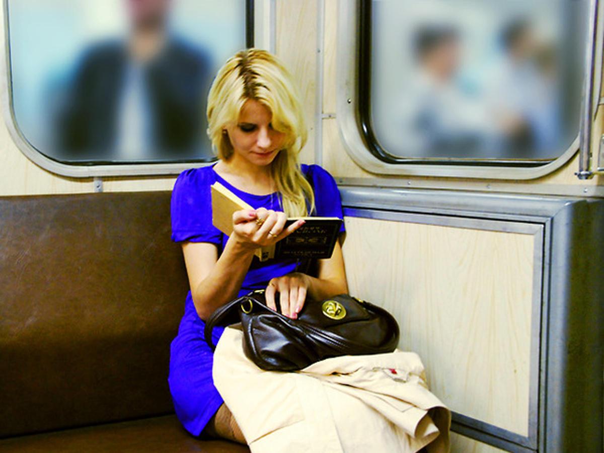 Фото красивая девушка в метро 1 фотография