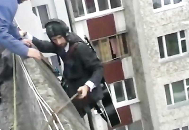 """Парень спустился с крыши 9-этажа, чтобы сделать это <span class=""""color_red"""">- ВИДЕО</span>"""