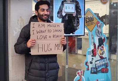 """Мусульманин предложил лондонцам обняться, и вот их реакция <span class=""""color_red"""">- ВИДЕО</span>"""