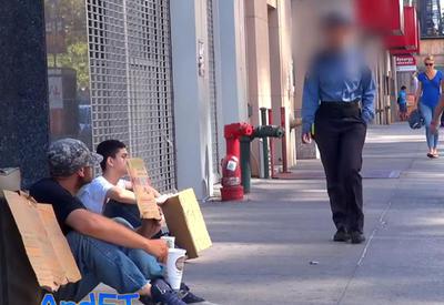 """Грубые слова полицейского довели бездомного ветерана до слез <span class=""""color_red"""">- ФОТО - ВИДЕО</span>"""