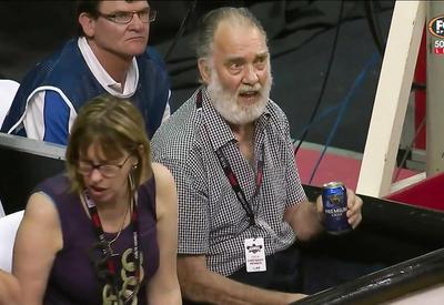"""Вот как старик унизил баскетболиста <span class=""""color_red"""">- ВИДЕО</span>"""