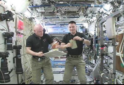 """Астронавты НАСА показали, как готовить это в космосе <span class=""""color_red"""">- ВИДЕО</span>"""