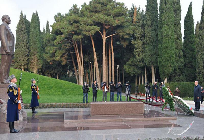 """Чавушоглу посетил могилу великого лидера Гейдара Алиева и Шехидляр хиябаны <span class=""""color_red"""">- ФОТО</span>"""