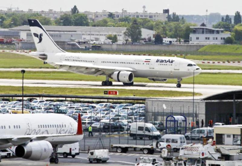 Иранский самолет врезался в автомобиль
