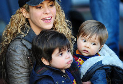 """Шакира пришла поболеть за Пике вместе с сыновьями <span class=""""color_red"""">- ФОТО</span>"""