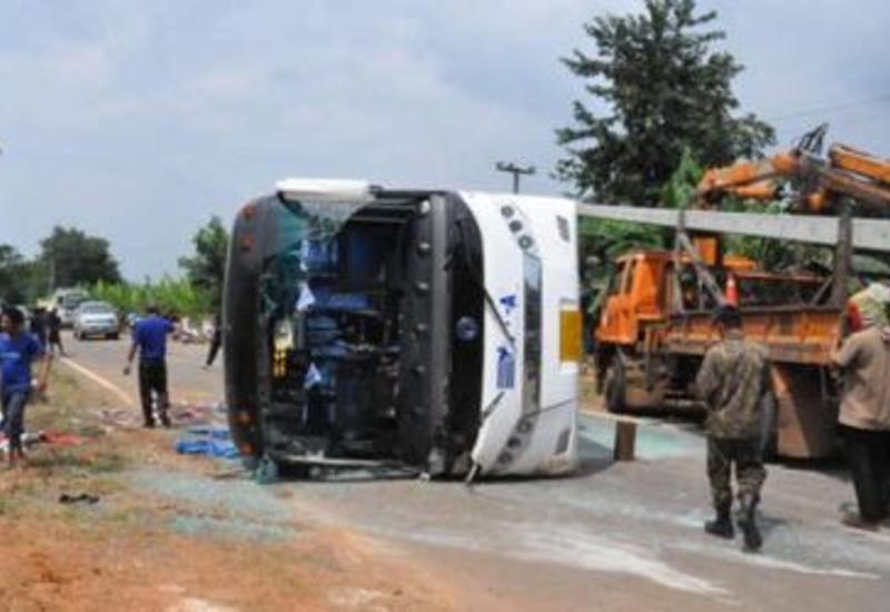 Автобус вылетел с шоссе и перевернулся