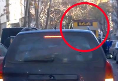 """В Баку грузовое такси перекрыло дорогу <span class=""""color_red"""">– ВИДЕО</span>"""
