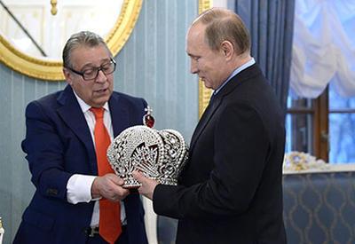 Путин отказался примерить корону