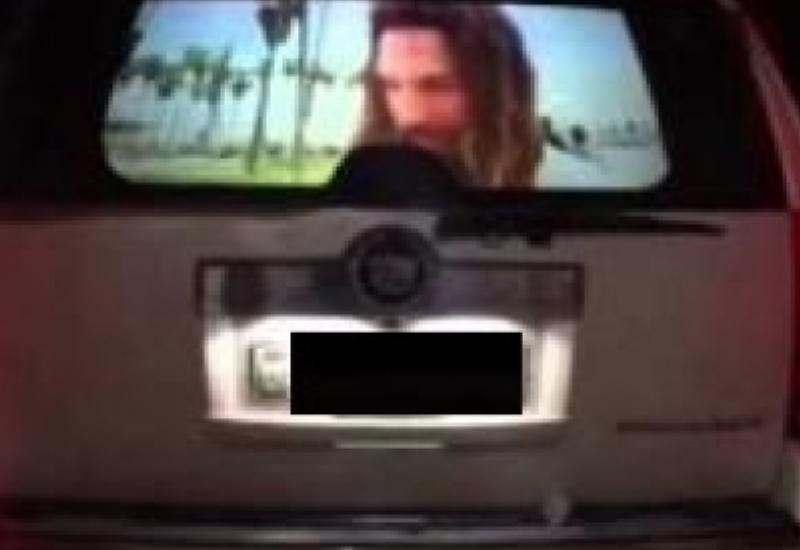 """Bakıda avtomobilin arxa şüşəsinə monitor qoydular <span class=""""color_red"""">- VİDEO</span>"""