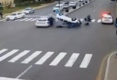 """В Баку водитель сбил пешеходов на зебре и протаранил полицейский BMW <span class=""""color_red"""">- ВИДЕО</span>"""