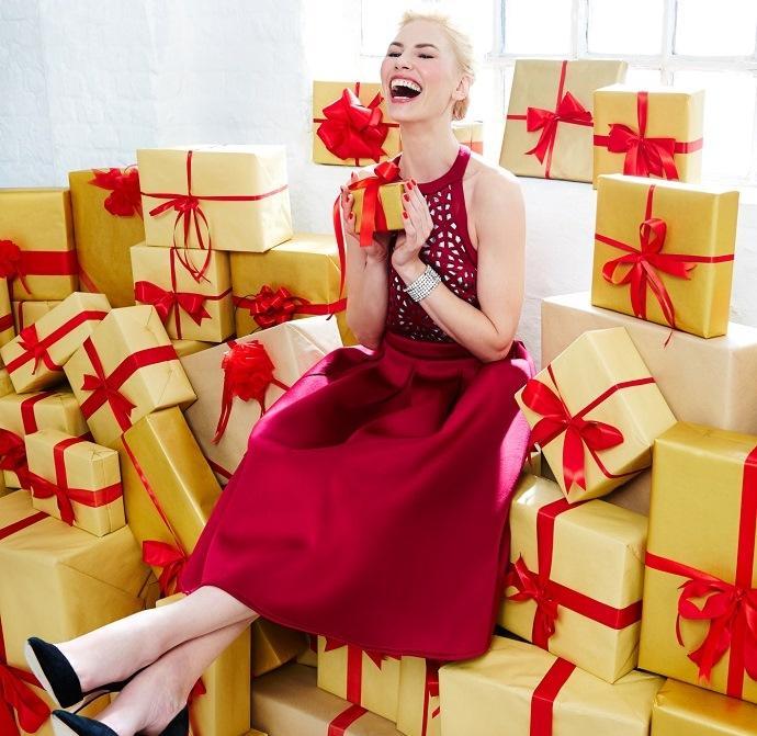 Девушка завалена подарками