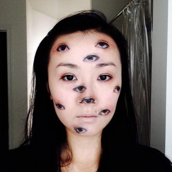 11 глаз, одно лицоПри первом взгляде на этот снимок можно подумать, что кто-то просто позабавился в фотошопе. Однако на самом деле, фоторедактор здесь ни при чем. Просто девушка решила поэкспериментировать с косметичкой и соорудила такой макияж.3,488,856 просмотровКомментарий к снимку: