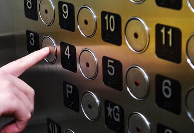 В Баку женщину ограбили прямо в лифте