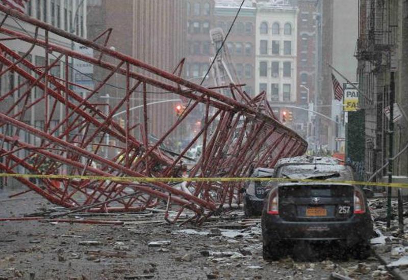 """В центре Нью-Йорка рухнул строительный кран <span class=""""color_red"""">- ВИДЕО</span>"""