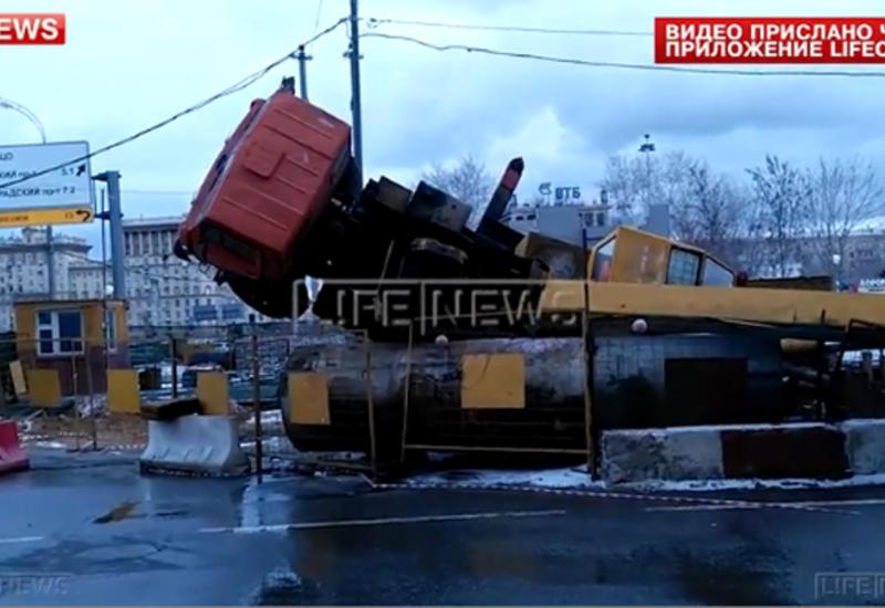"""Автокран рухнул на дорогу в Москве <span class=""""color_red"""">- ВИДЕО</span>"""