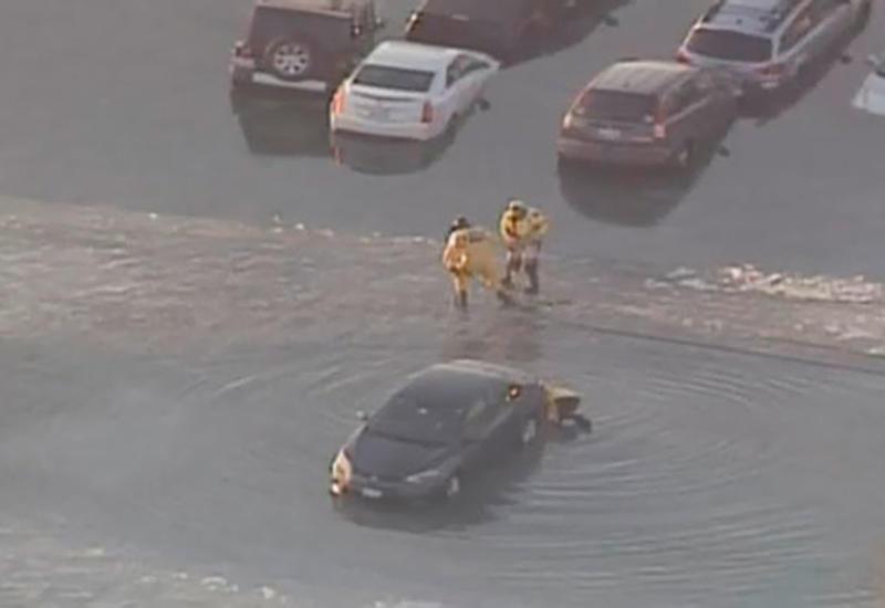 """В США парковка с десятками автомобилей ушла под воду <span class=""""color_red"""">- ВИДЕО</span>"""