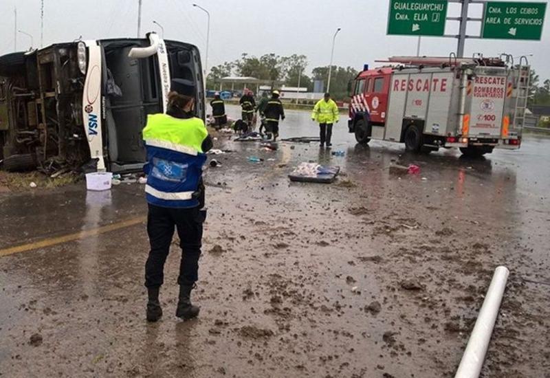 В Аргентине перевернулся автобус, много раненых