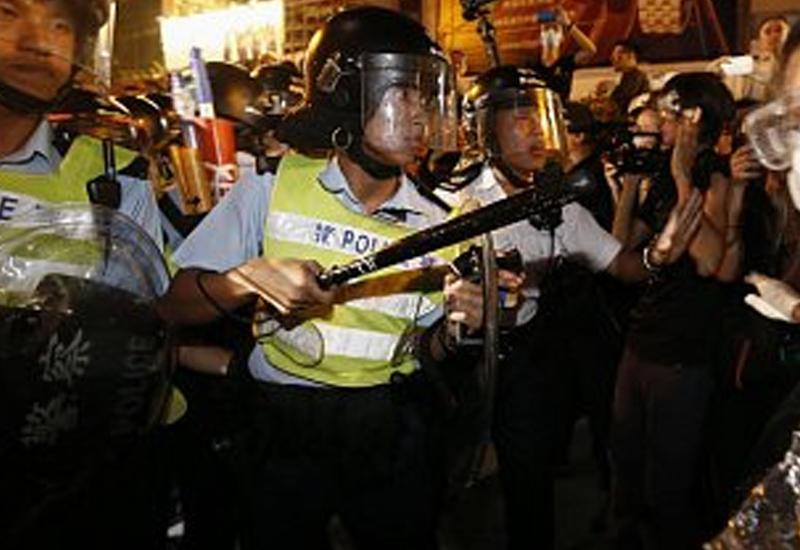 В Гонконге полиция разогнала торговцев дубинками и газом
