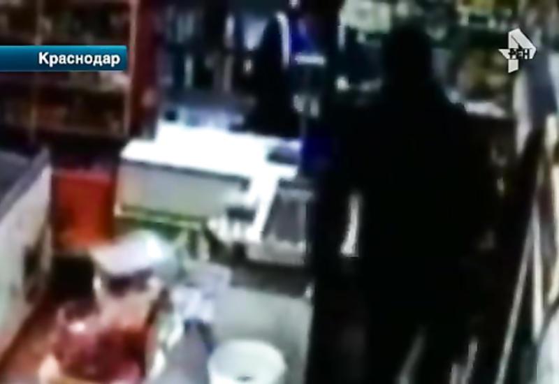 "Мужчина с топором напал на сотрудников магазина в Краснодаре <span class=""color_red"">- ВИДЕО</span>"